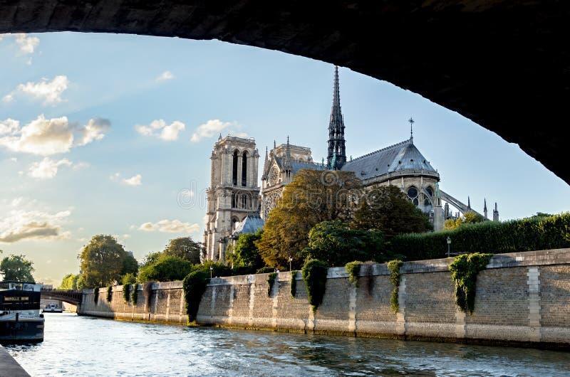 Notre Dame de Paris de debajo el Pont de l ` Archeveche - París, Francia fotos de archivo