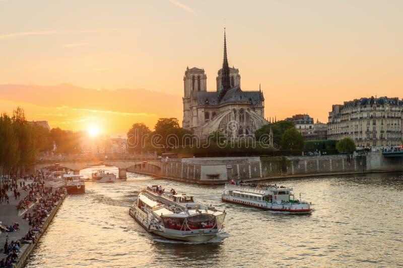 Notre Dame de Paris domkyrka med kryssningskeppet i Seine River royaltyfria bilder