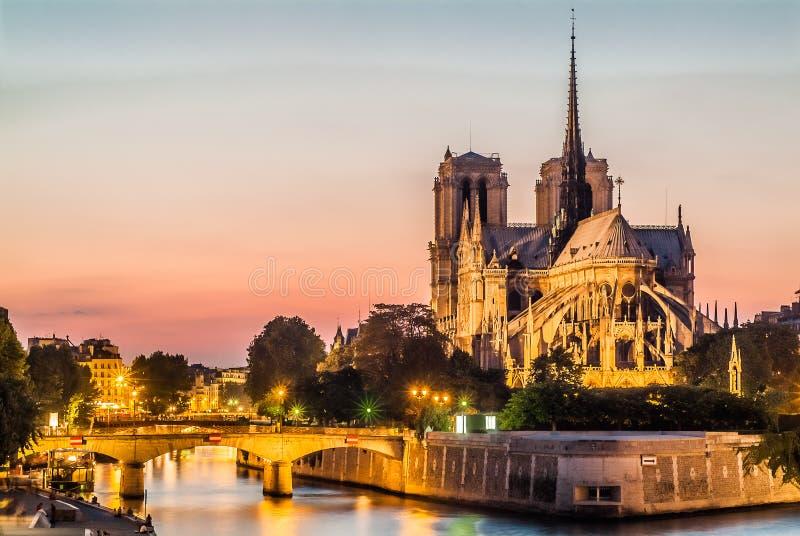 Notre Dame De Paris et la seine par la rivière France de nuit photographie stock