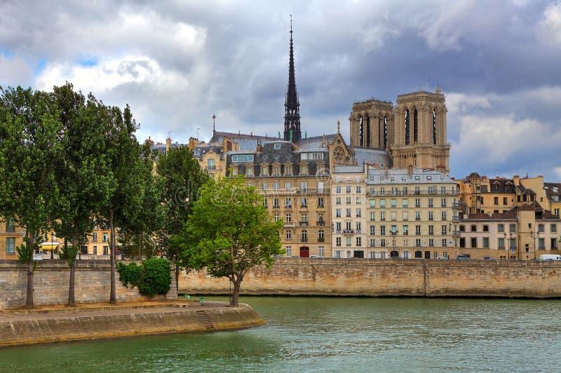 Notre Dame De Paris i parisian budynki. zdjęcie royalty free