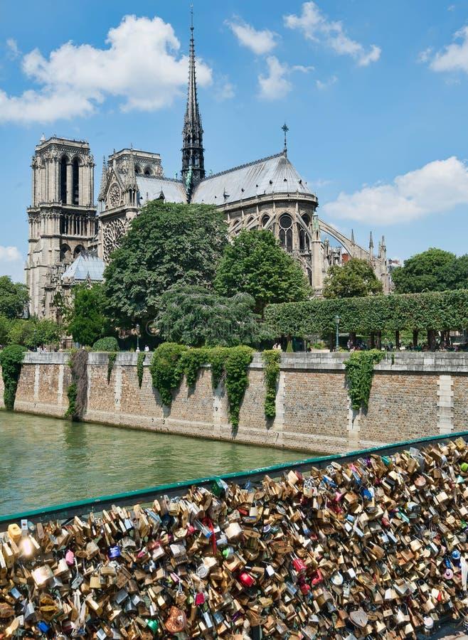 NOTRE DAME de Paris i vår med lås arkivfoto