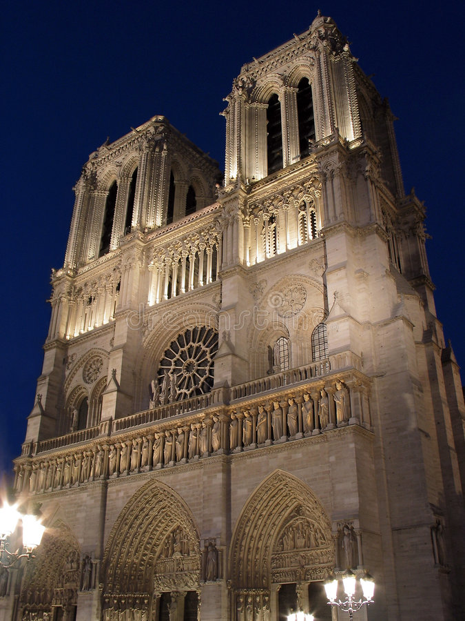 Notre-Dame de Paris iluminado em Paris. foto de stock royalty free