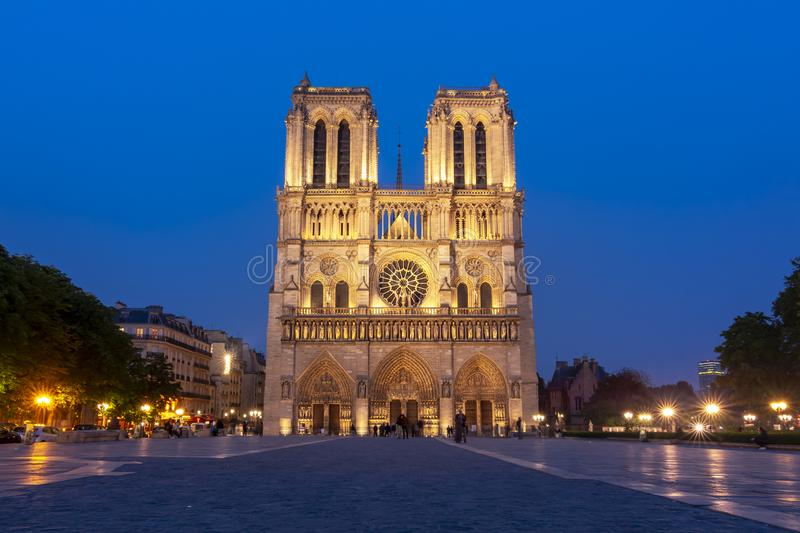 Notre-Dame de Paris katedra przy noc?, Francja obraz royalty free