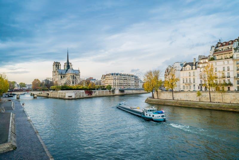 Notre-dame-De-Paris, la Seine et un bateau photos stock