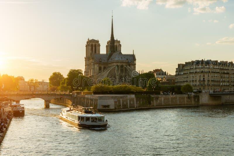 Notre Dame de Paris met cruiseschip op Zegenrivier in Parijs, Fr stock fotografie