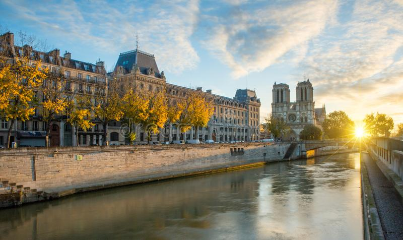 Notre Dame de Paris och Seine River i Paris, Frankrike arkivfoto