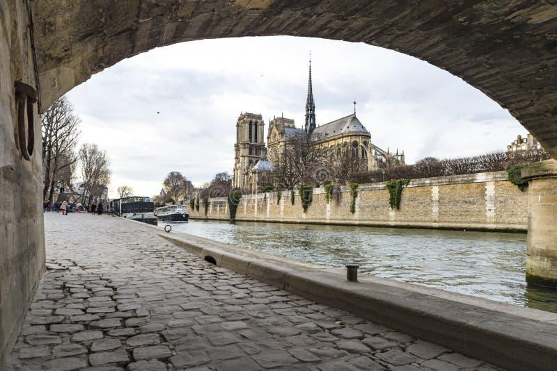 Notre Dame de Paris over de Rivier van de Zegen stock afbeeldingen