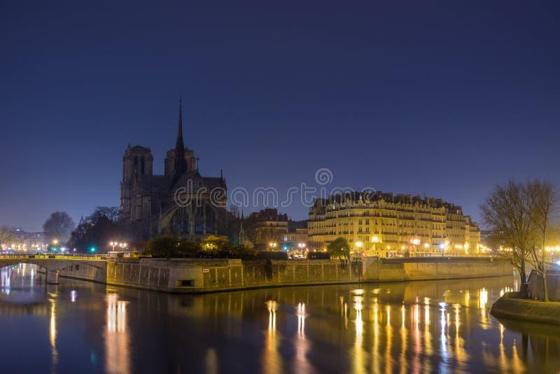 Notre Dame de Paris på skymning arkivbilder