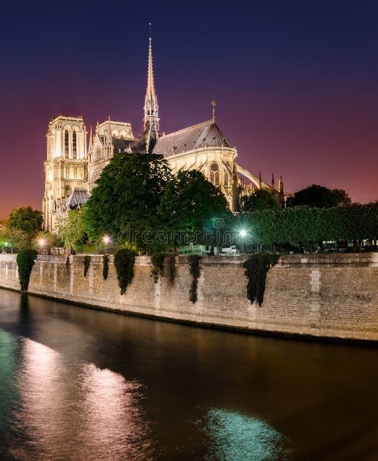 Notre Dame de Paris på skymning, Frankrike arkivfoton