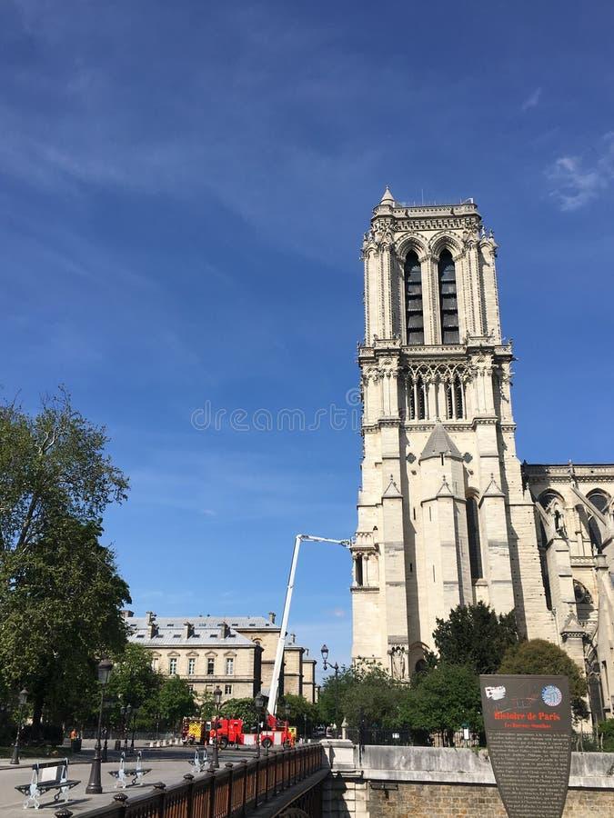 Notre Dame De Paris a r?par? par une grue avec une plate-forme de levage photos libres de droits