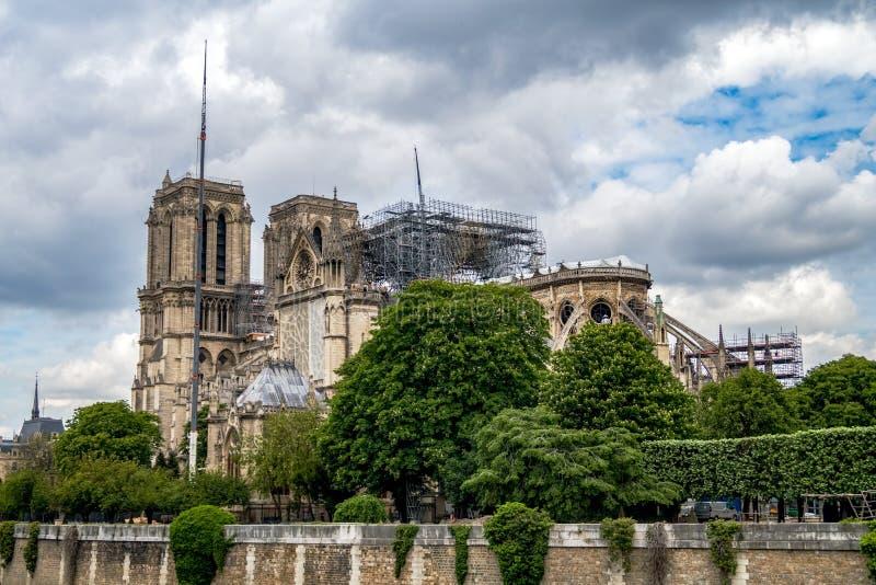 Notre Dame de Paris: Trabalho do refor?o ap?s o fogo imagem de stock
