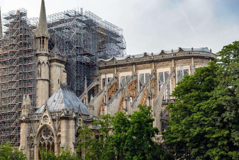 Notre Dame de Paris: Verstärkung des Strebewerks nach dem Feuer lizenzfreie stockfotos