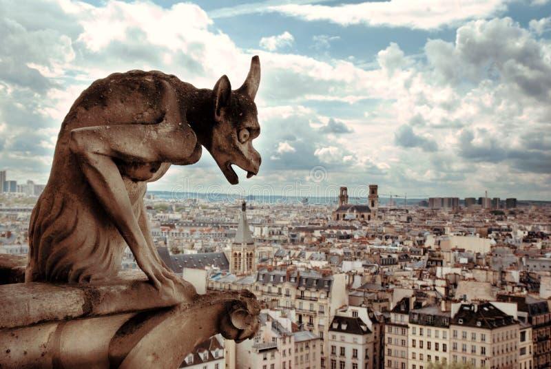 Notre Dame Demon Gargoyle und Ansicht von Paris lizenzfreies stockbild