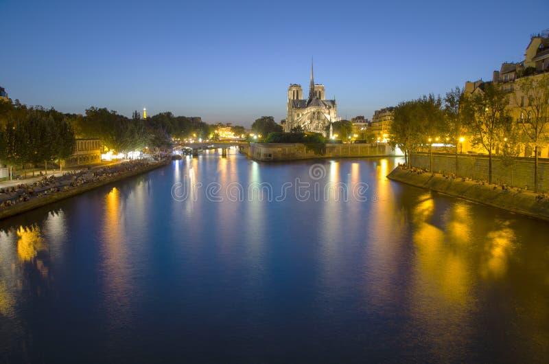Notre Dame domkyrka i Paris på natten royaltyfria bilder