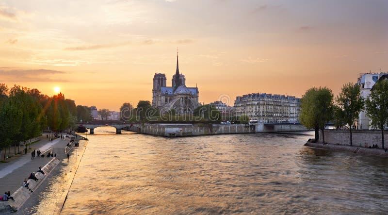 Notre Dame domkyrka på Ile de la Citera i Paris, Frankrike som ses från den Tournelle bron över floden Seine Del av helgonet Loui royaltyfri foto