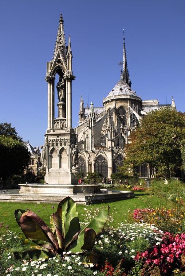 Notre Dame e jardim fotos de stock royalty free