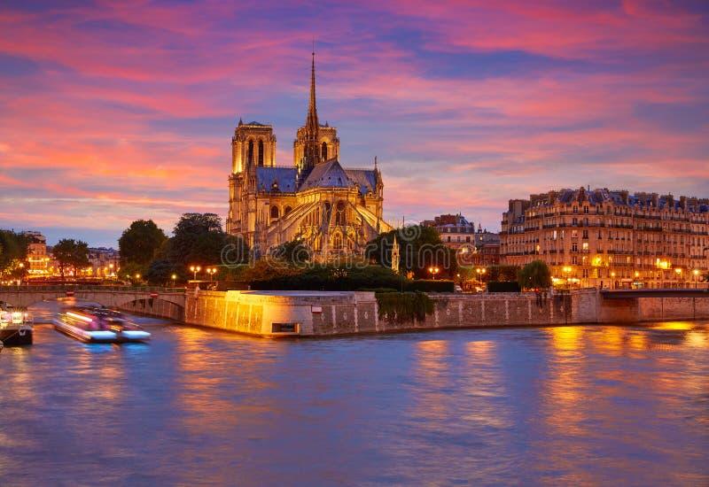 Notre Dame-Kathedrale Paris-Sonnenuntergang bei der Seine lizenzfreies stockbild