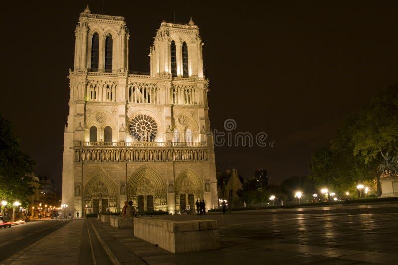 Notre Dame på natten i Paris royaltyfri foto