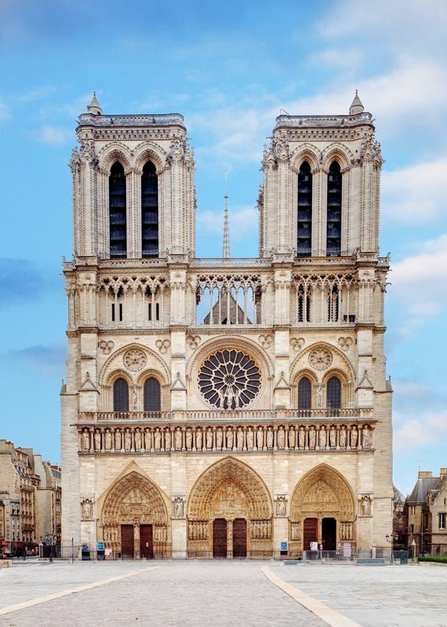 Notre Dame på soluppgång - Paris, Frankrike royaltyfria foton