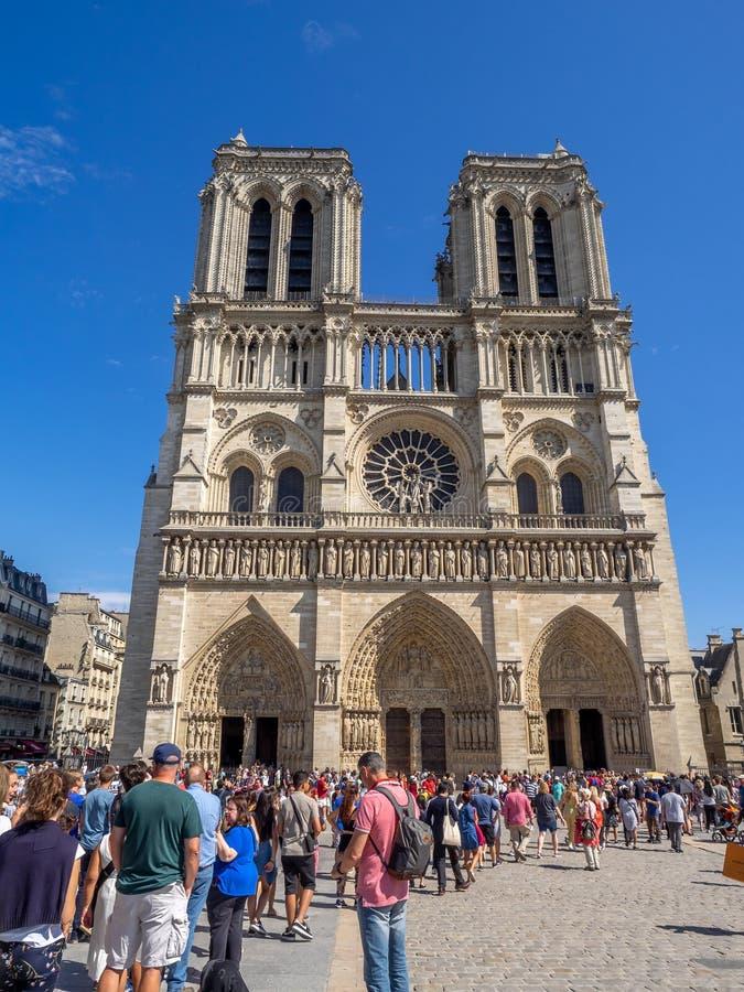 Notre Dame Paris en un día de verano hermoso en París fotografía de archivo libre de regalías