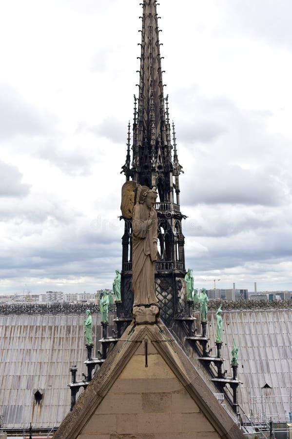 Notre Dame Spire, La Fleche, et mener les toits en bois plaqu?s avant le feu Statue, ap?tres et ?vang?listes d'ange Paris, France photo libre de droits