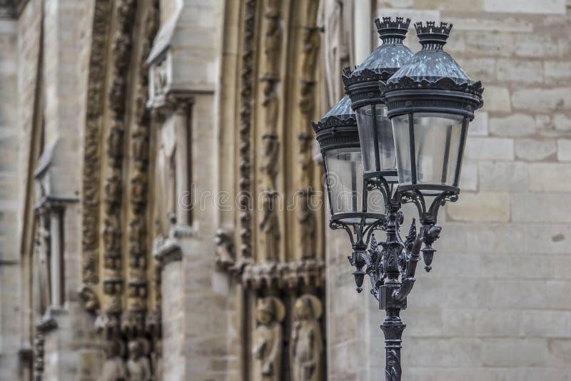 Notre-Dame-Straßenlaterne stockfotos