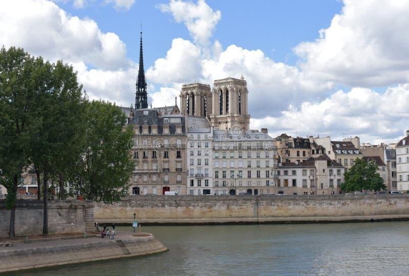 Notre Dame torn och tornspira från en Seine River bro, Pont Louis Philippe Paris Frankrike, 10 Augusti 2018 arkivfoto