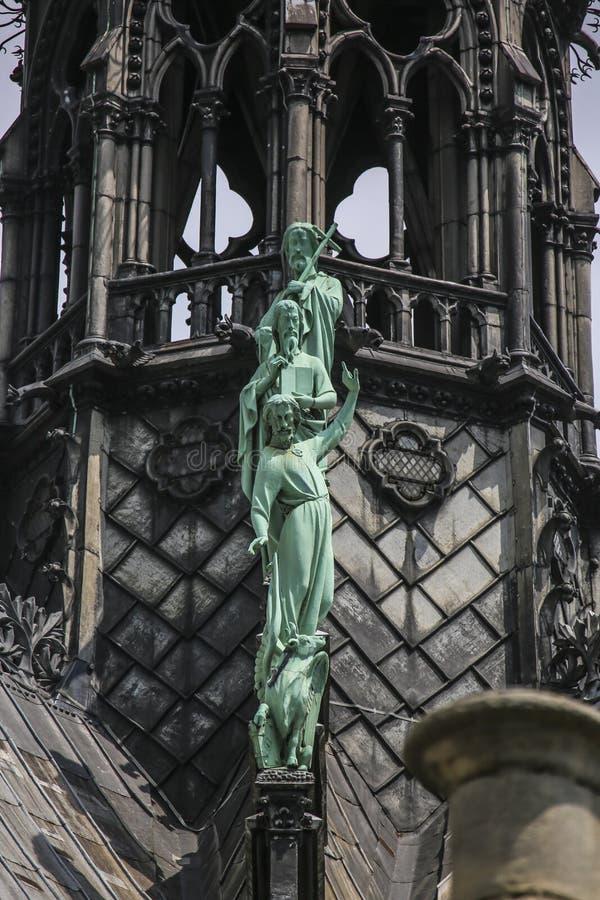 Notre Dame van Parijs, Frankrijk, voorgevelstandbeelden stock fotografie