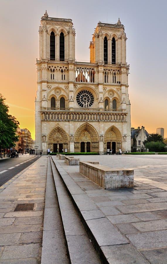 Notre Dame während des Sonnenaufgangs stockbild
