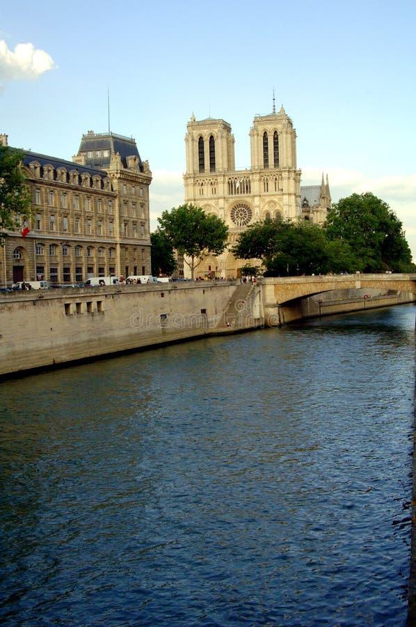 Notre Dame y río Seine fotos de archivo