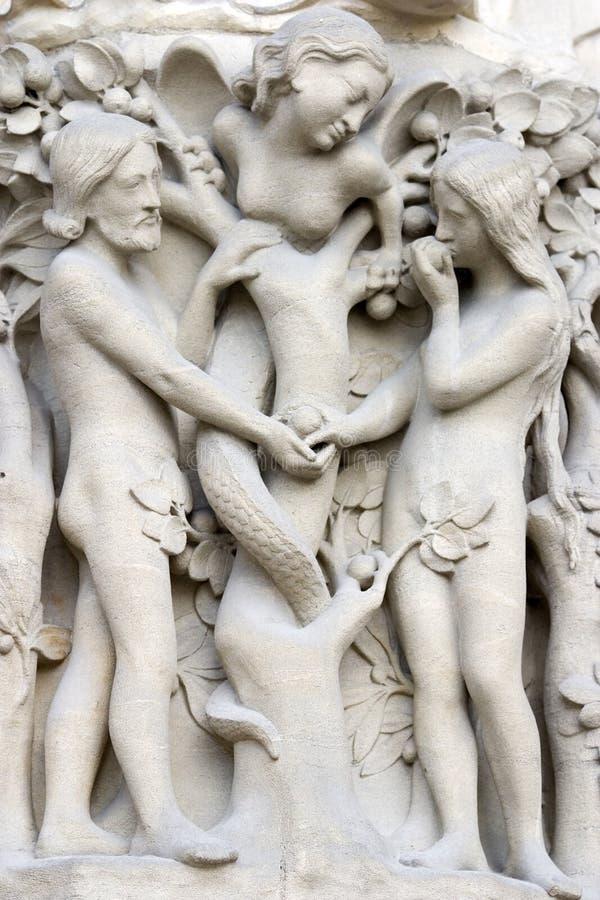 Notre- Damekathedralehaupteingang, ausführliche Ansicht der Adam-und Eve-Szene lizenzfreies stockfoto
