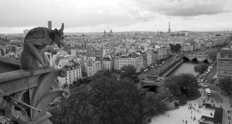 notre för domkyrkadamegargoyle över paris arkivbilder