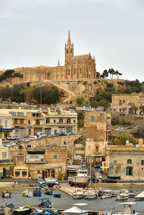 Notre Madame d'église de Lourdes sur le flanc de coteau, île de Gozo, port Mgarr, Malte images libres de droits
