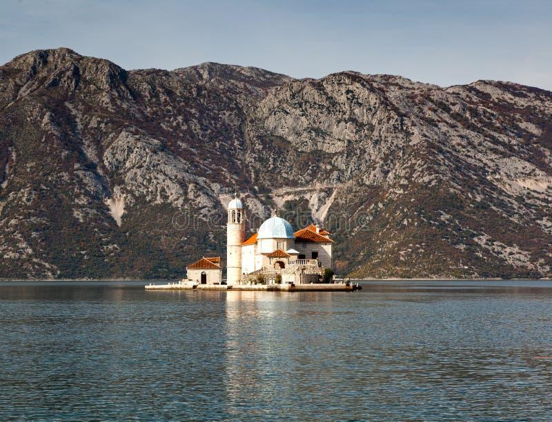 Notre Madame de l'île et de l'église de roche dans Perast sur le rivage de Bok photographie stock libre de droits