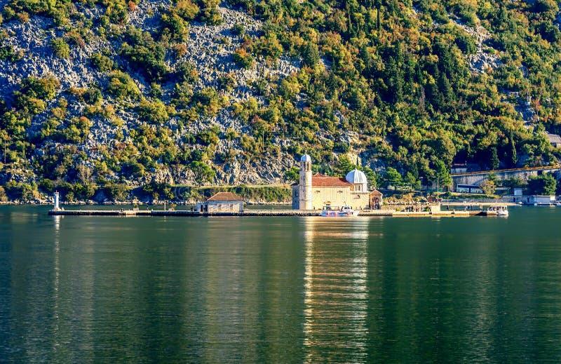 Notre Madame de l'île et de l'église de roche dans Perast sur le rivage de Bok photo libre de droits