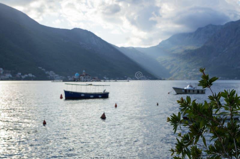 Notre Madame de l'île de roches avec des bateaux et de baie de Kotor, Perast image stock