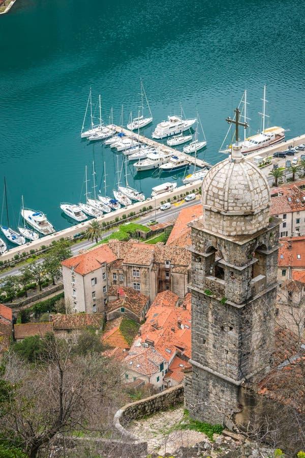 Notre Madame de tour de cloche de salut et vue de marina de Kotor photo stock
