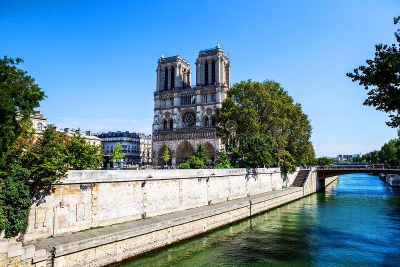 Notre paniusi katedra od rzecznego wontonu w Paryż fotografia stock