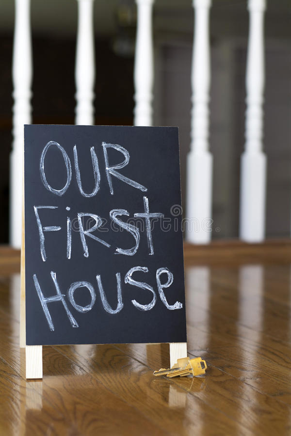 Notre premier signe de maison avec des clés verticales image libre de droits