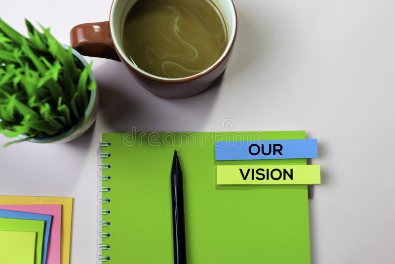 Notre texte de vision sur les notes collantes avec le concept de bureau photos libres de droits