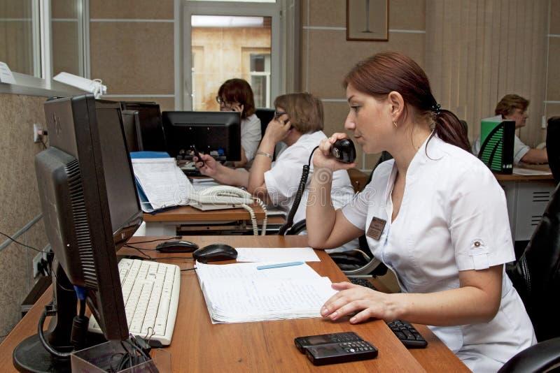 Notrettungsdienstfahrdienstleiter bei der Arbeit stockfoto