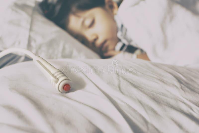 Notschalter auf geduldigem Bett in der Krankenhausweinlese-Tonfarbe stockbilder