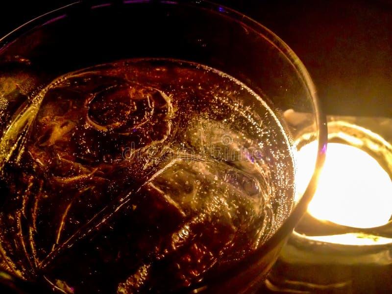 Notte ad una luce tenue Se bevete la soda del whiskey per ravvivare stanco fotografia stock libera da diritti