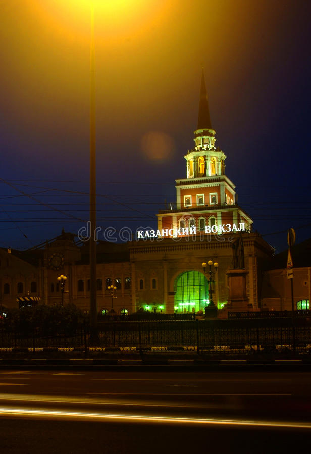 Notte alla stazione ferroviaria in Russ fotografia stock