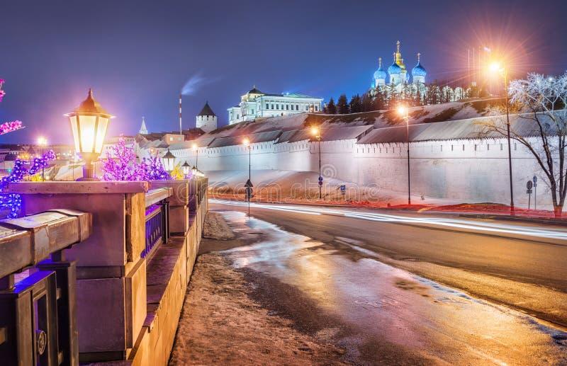Notte alle pareti del Cremlino di Kazan fotografia stock