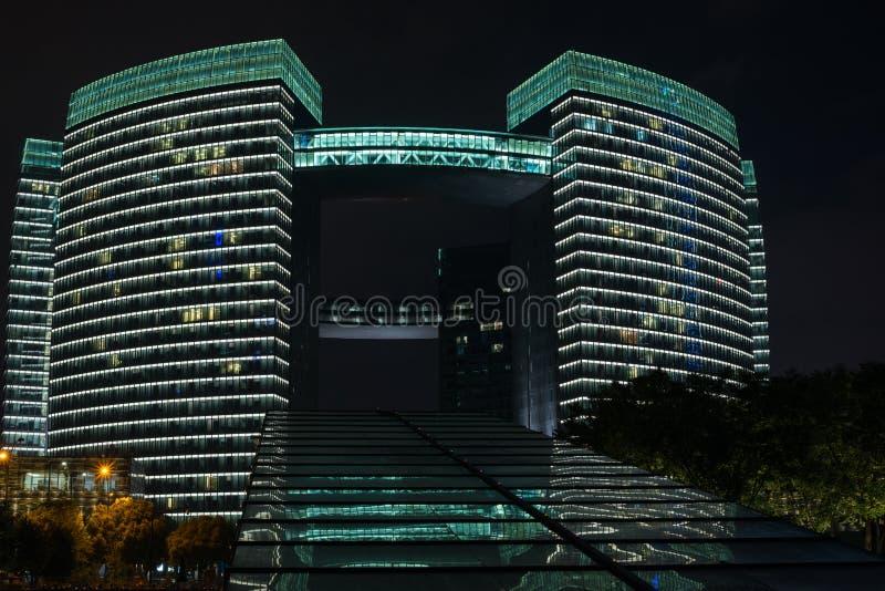 Notte: architettura illuminata moderna Hangzhou del LED immagini stock libere da diritti