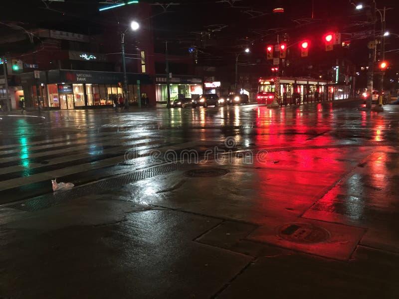 Notte bagnata della città fotografia stock libera da diritti