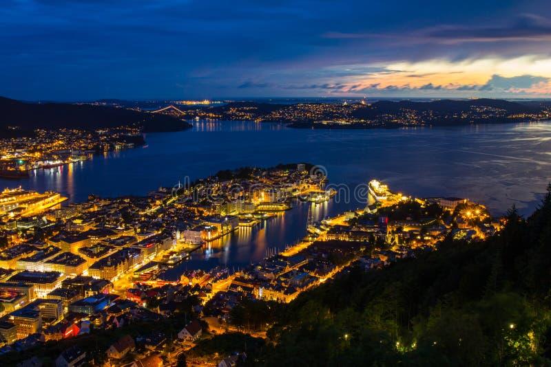 Notte bianca di Bergen dal punto di vista Floyen, vista panoramica, Bergen, Norvegia al tramonto immagini stock libere da diritti