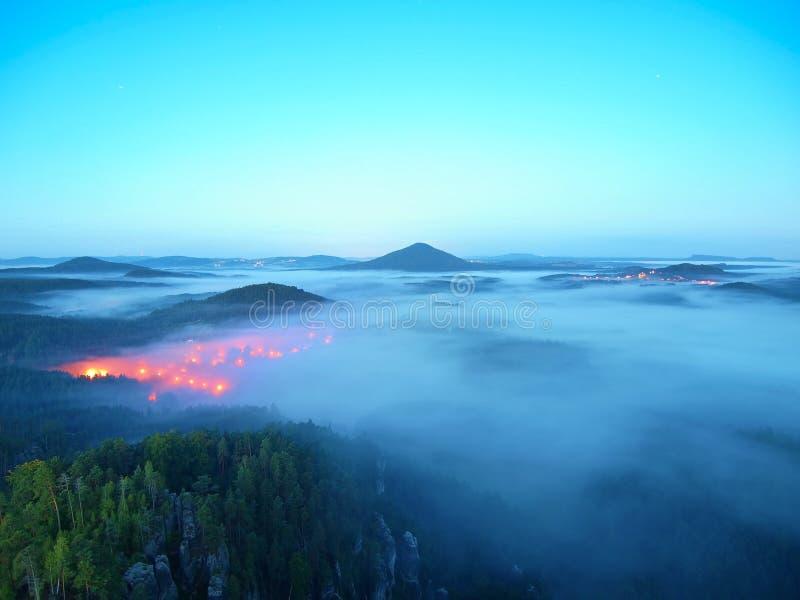 Notte blu Atmosfera fredda di caduta in campagna Mattina fredda ed umida di autunno, la nebbia sta muovendosi in valle immagini stock