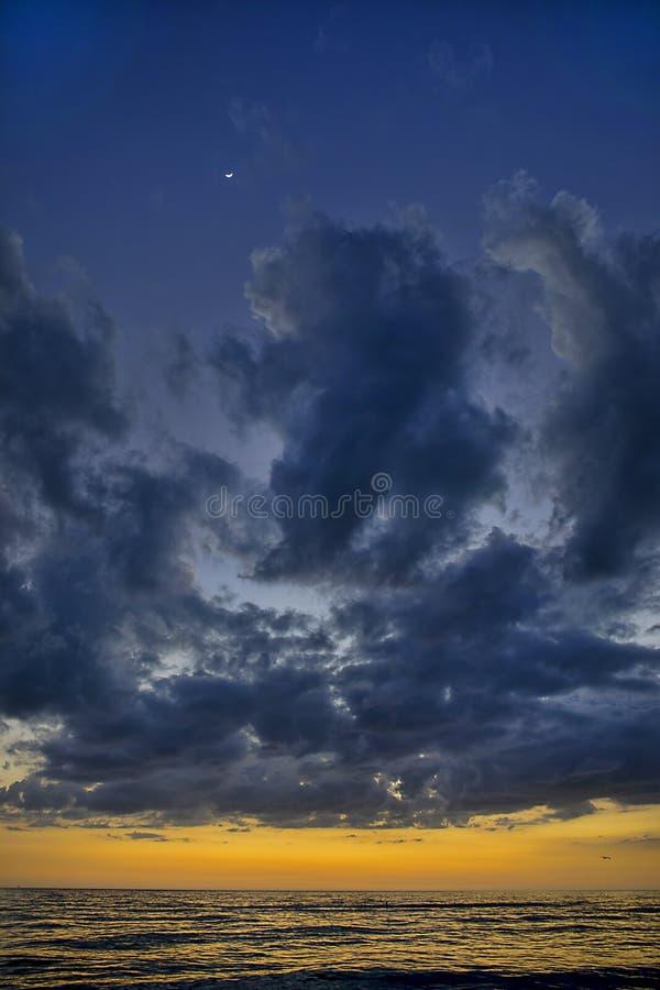 Notte Cloudscape dopo il tramonto, sopra l'oceano fotografia stock